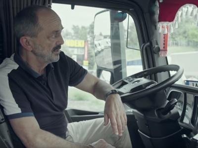 """""""Śmieję się, że byłem wszędzie i nigdzie"""". Znany aktor wciela się w rolę kierowcy ciężarówki w krótkometrażowym filmie"""