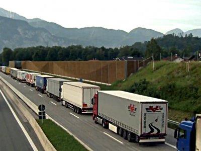 Milžiniškas sunkvežimių kamštis Italijos ir Austrijos sienoje