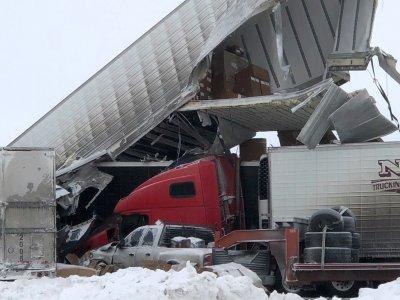 Огромное столкновение с участием нескольких десятков грузовиков. Груда разбитых грузовиков перекрыла дорогу на несколько дней.
