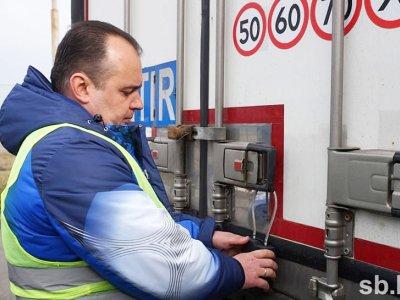 Baltarusija užsienio sunkvežimiams montuoja navigacines plombas. Bet ne visiems