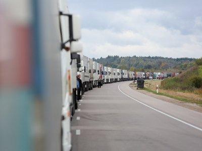 Pasienyje su Latvija vėl susiformavo kilometrinės vilkikų eilės