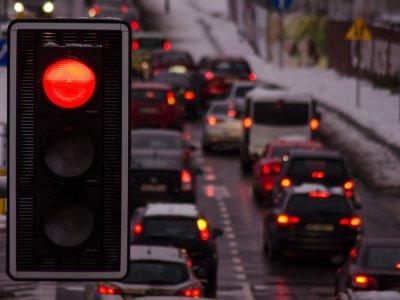 """Niderlandzcy przewoźnicy testują """"zieloną falę"""". Ich ciężarówki nie muszą stać na czerwonym świetle"""