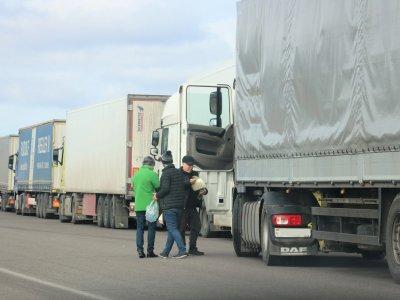 Горячее питание и вода для водителей в пробках. Еще одна компания предоставляет помощь водителям грузовиков