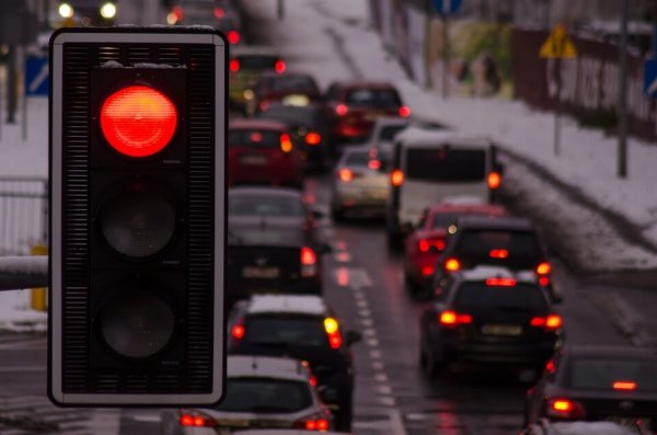 """Dutch carriers are testing """"green waves"""". Trucks don't have to waste time on red lights"""