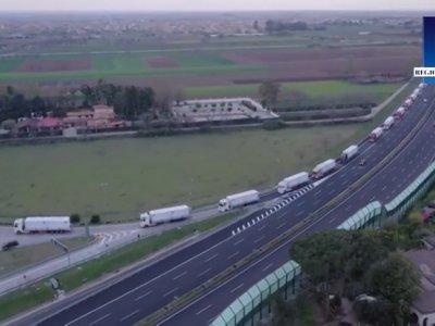 Eine Kolonne von 57 Lastwagen beförderte ein Infektionskrankenhaus in Italien