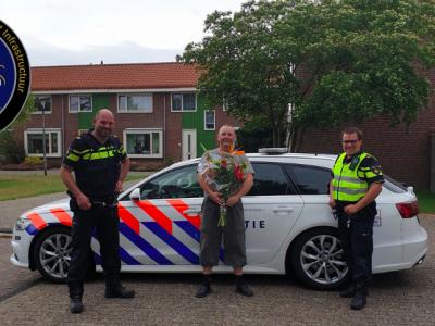 Warum hat ein Fahrer Blumen von der niederländischen Polizei bekommen?
