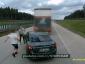 Wyhamowywał tuż przed ciężarówkami, kierowcy się odegrali. Niebezpieczna sytuacja na A4
