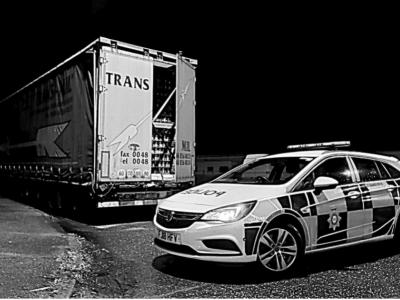 Britų policijos pareigūnai apsimeta sunkvežimių vairuotojais. Pažiūrėkite, kodėl