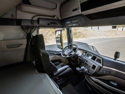 Sunkvežimio vairuotojas negyvena namuose, kad nesukeltų pavojaus savo žmonai ir vaikams. Jis keletą savaičių gyvena kabinoje