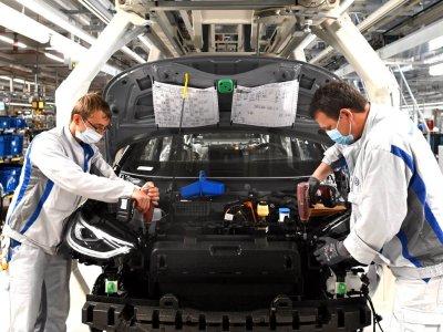 """Recesija Vokietijoje labai sulėtino didelių įmonių veiklą, tačiau pramonė nori """"praryti"""" koronavirusą"""