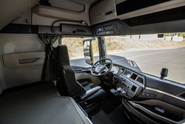 Водитель грузовика не живет дома, чтобы не подвергать опасности жену и детей. Уже несколько недель о