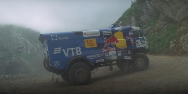 Kamaz kontra rajdowy Ford Fiesta na najbardziej niebezpiecznej trasie świata. Zobacz pojedynek, któr