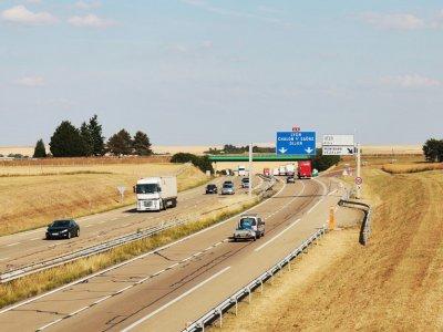 Prancūzija laikinai panaikino sunkvežimių eismo apribojimus