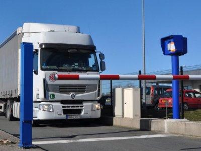 Pierwszy taki parking w Calais. Ogrodzony, oświetlony i monitorowany