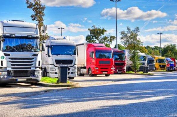 Franța decide închiderea a două parcări de camioane majore din nordul țării