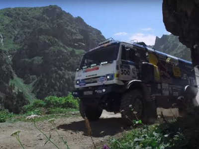 Kamaz versus Ford Fiesta on the most dangerous route in the world. See a duel that is hard to forget.