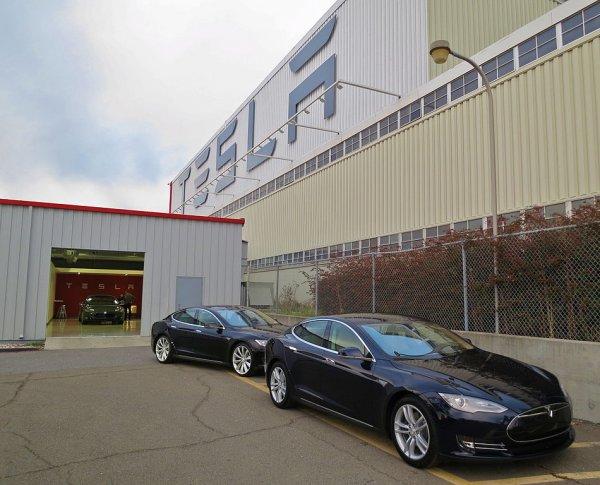 Tesla nimmt Produktion trotz Corona-Verbote wieder auf
