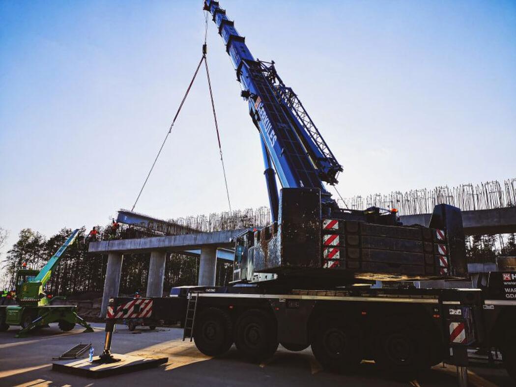 Od dzisiaj, przez cztery popołudnia i noce (od 11 do 15 maja) ekipy budowlane będą montować belki na wiadukcie nad drogą krajową nr 1. Prace te prowadzone będą w pobliżu granicy województw śląskiego i łódzkiego. Z tego powodu kierowcy powinni spodziewać się utrudnień w ruchu od godzin popołudniowych do wczesnego rana. Prace będą prowadzone w godzinach od 17 do 5 rano, kiedy natężenie ruchu jest najmniejsze. W tym czasie ruch na DK będzie zamykany na czas potrzebny do montażu poszczególnych elementów wiaduktu, który będzie stanowił przejście dla zwierząt nad tą ruchliwą trasą. Według informacji z katowickiego oddziału Generalnej Dyrekcji Dróg Krajowych i Autostrad, przerwy w ruchu będą trwały około 15 minut, po których samochody będą przepuszczane, do chwili układania następnej belki. Fot. GDDKiA
