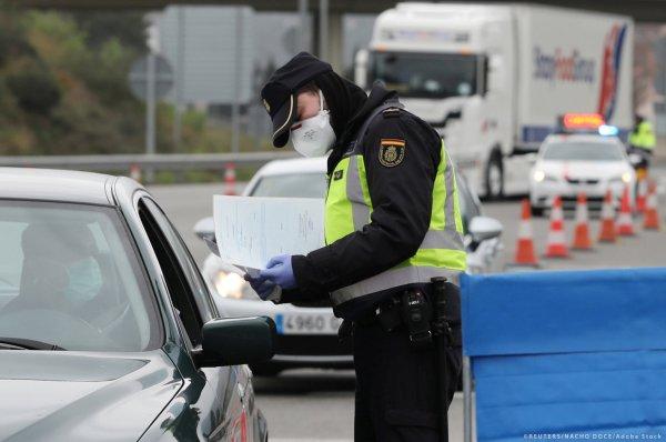 """Sunkvežimių vairuotojams vėl taikomi apribojimai. Šioje šalyje be """"karantino deklaracijos"""" jiems gre"""