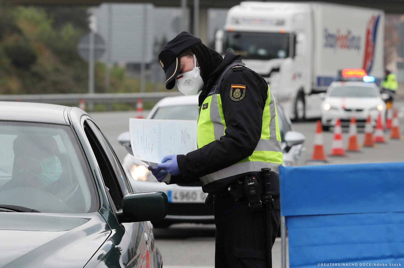 """Sunkvežimių vairuotojams vėl taikomi apribojimai. Šioje šalyje be """"karantino deklaracijos"""" jiems gresia baudos"""