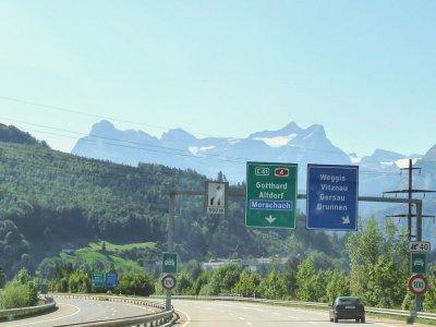 Šveicarija keičia eismo taisykles. Patikrinkite, kokias naujas pareigas turės vairuotojai
