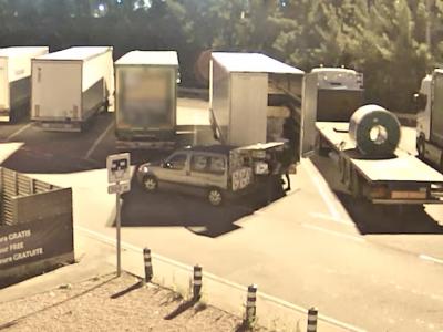 Kierowca ciężarówki smacznie spał, gdy przy jego pojeździe policja prowadziła akcję. Złodzieje nie nacieszyli się łupem