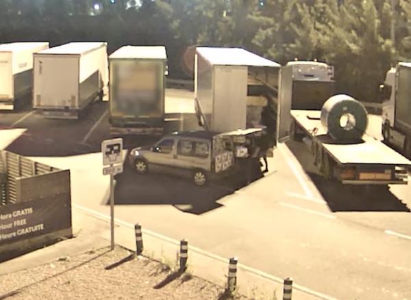 Kierowca ciężarówki smacznie spał, gdy przy jego pojeździe policja prowadziła akcję. Złodzieje nie n