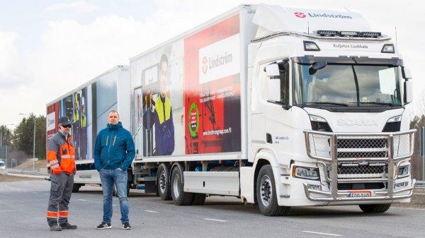 Ta 31-metrowa ciężarówka pokonuje każdego dnia 1000 km i to na jednym baku