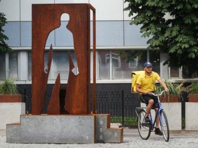 В Москве появился памятник курьерам. Это первый памятник курьерам в стране
