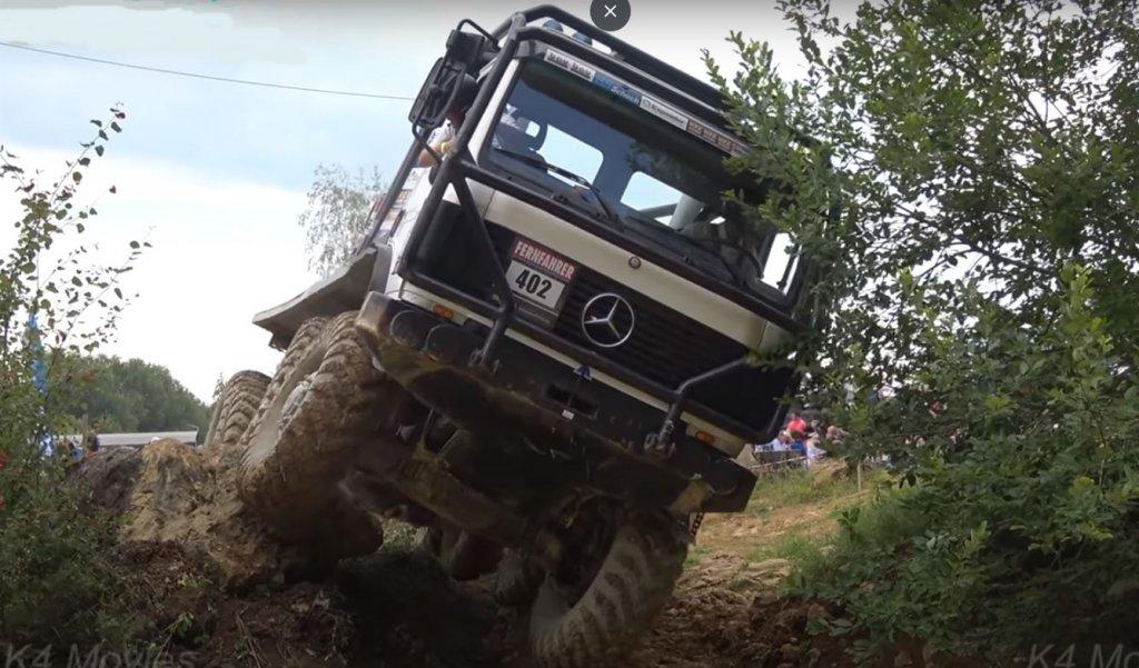 Lenyűgoző felvétel erről a rallyról. Nézze meg, mely akadályokat okozzák a legnagyobb gondot a teherautók terepjáró- versenyén.