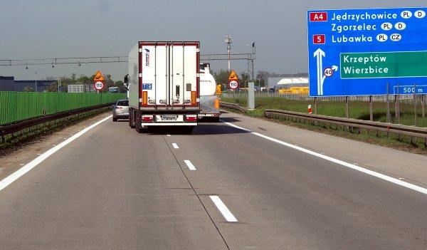 Poseł zaproponował całkowity zakaz wyprzedzania przez ciężarówki. Jest odpowiedź ministerstwa
