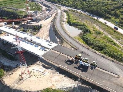 Mare minune! După aproape 6 (șase) ani de la semnarea contractului lotului 1 din AutostradaA10, s-a intrat în linie dreaptă cu relocarea stâlpilor