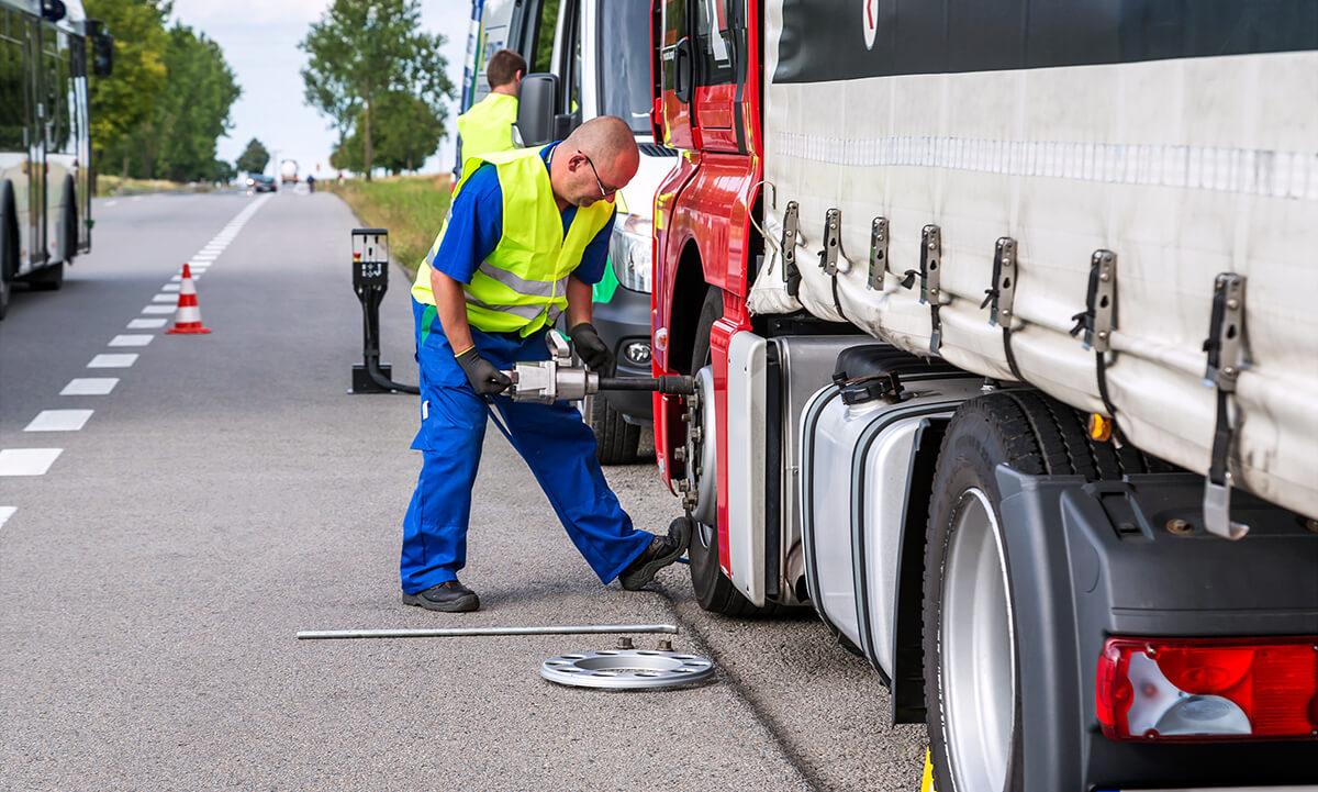 """Ciężarówka złapała """"gumę""""? Sprawdź, jak uniknąć problemów z awariami opon w trasie"""