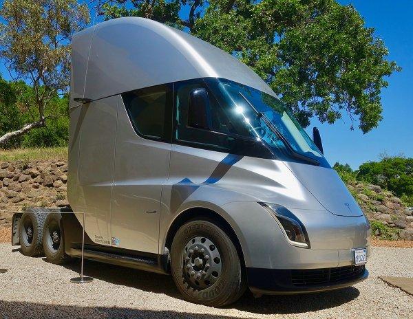 Când vom vedea primele Tesla Semi pe șosele?