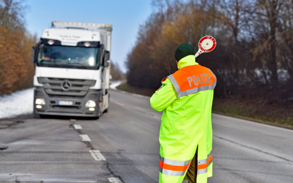 Fokozott teherautó-ellenőrzés Tirolban: minden harmadik sofőr megsértette a vezetési időket