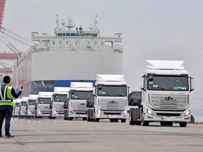 """""""Hyundai"""" išsiuntė į Europą pirmus vandeniliu varomus sunkvežimius. Vienu įkrovimu jie nuvažiuos 400 km"""