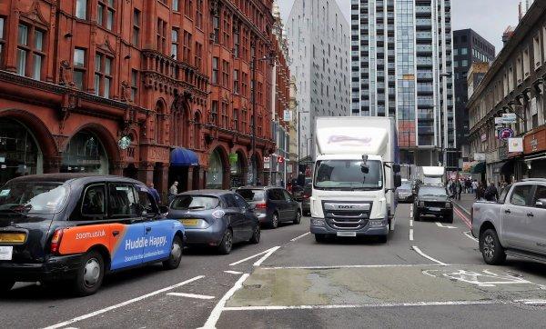 Didžioji Britanija sustabdo kelių mokesčius, taikomus sunkvežimiams. Tokiu būdu nori paskatinti ekon