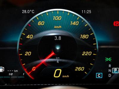 """""""Elektroniczny kaganiec"""" we wszystkich nowych autach już niebawem. Pojazdy będą też wyposażone w tzw. czarne skrzynki"""