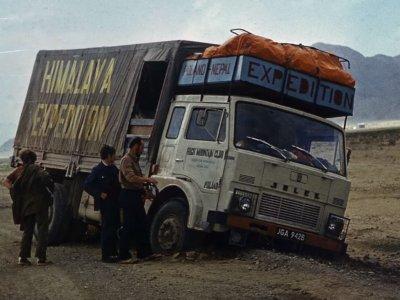 """Uczestnicy wyprawy Jelczem w Himalaje wspominają legendarną ciężarówkę. """"W Nepalu chcieli go kupić. Dawali 40 tys. dolarów"""""""
