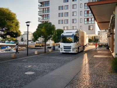 """Elektrinis ir hibridinis – """"Scania"""" pristato naujus sunkvežimius. Kiek jie galės nuvažiuoti?"""