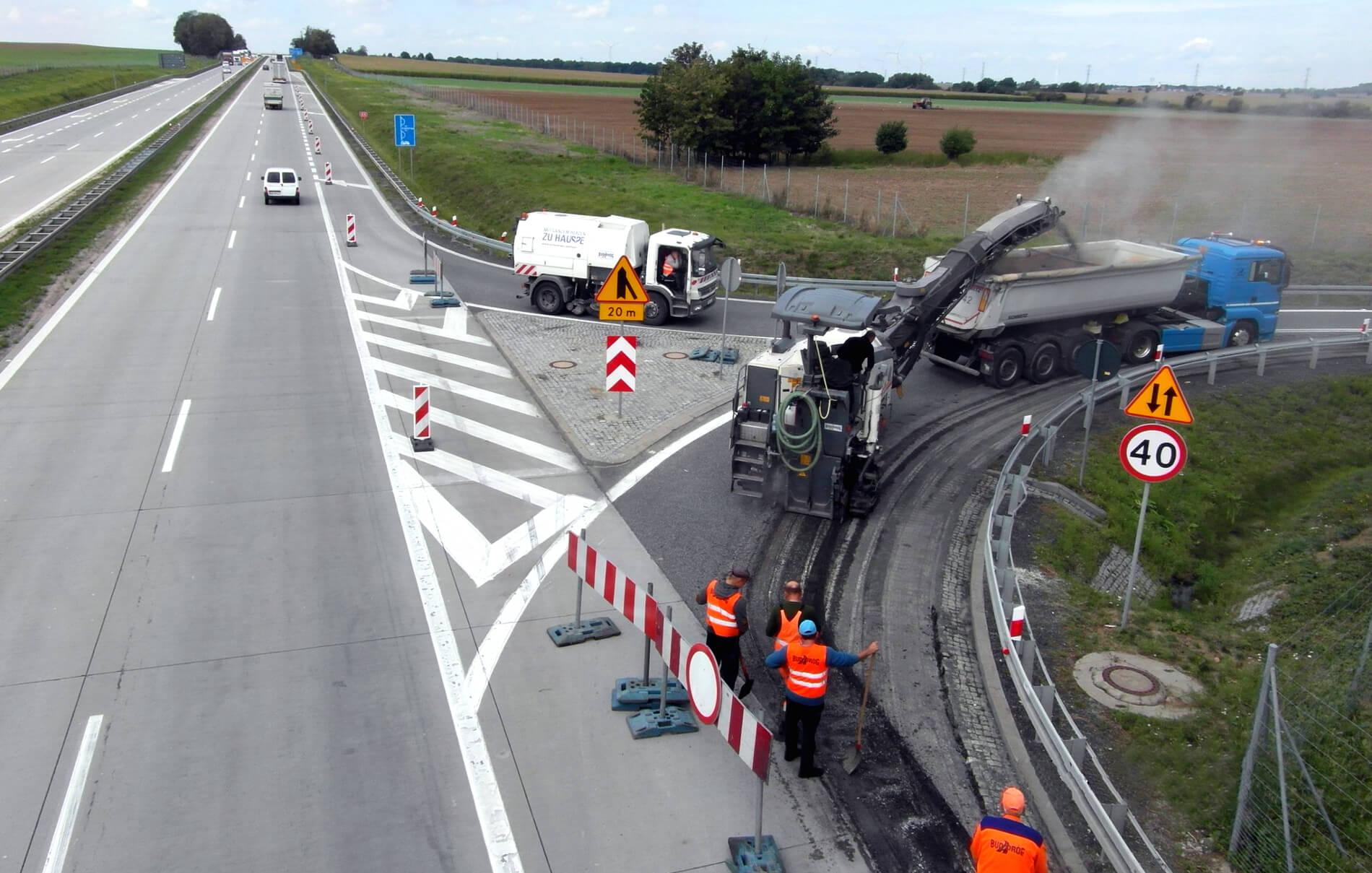 Od poniedziałku 7 września do czwartku 10 września potrwa remont łącznicy na węźle autostrady A4  – Wądroże Wielkie (między Wrocławiem a Legnicą). W tych dniach zamknięta będzie łącznica południowa węzła Wądroże Wielki, w kierunku Wrocławia. Kierowcy, którzy będą chcieli zjechać z A4 i jechać w kierunku Prochowic, muszą pojechać dalej – do kolejnego węzła Budziszów, przez który zawrócą i dojadą autostradą do zjazdu północnego węzła Wądroże Wielkie (który wyremontowano w ubiegłym tygodniu). Z kolei by wjechać od południa na A4 i jechać w kierunku Wrocławia, będzie trzeba na węźle Wądroże Wielkie zjechać na autostradę w kierunku Zgorzelca i dojechać do następnego zjazdu i Mikołajowice. Tam kierowcy zjadą z A4 i wiaduktem przejadą na drugą stronę, by włączyć się na jezdnię w stronę Wrocławia. Fot. GDDKiA