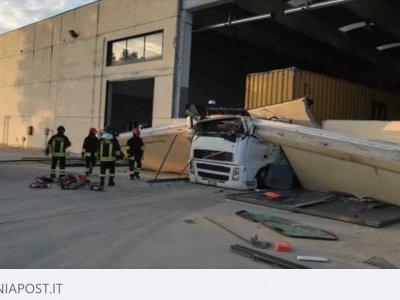 Несчастный случай при разгрузке. Стена раздавила кабину грузовика
