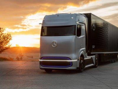 """""""Daimler Trucks"""" pristatė vandeniliu varomą sunkvežimį. Vokietijos koncernas daug dėmesio skiria nulinės taršos transportui"""