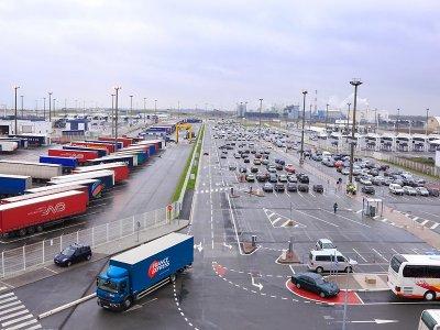 Poważne utrudnienia z powodu strajku portowców w Calais. Ruch promów wstrzymany, na brytyjskich drogach zatory przed Dover