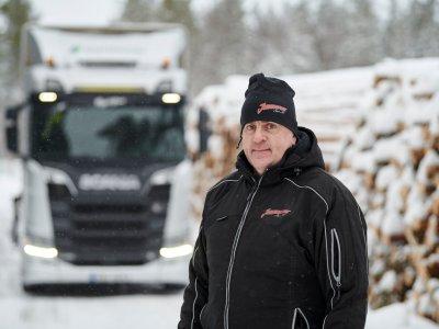 Két évig tesztelte a rönkszállító a Scania új motorját a svéd erdő közepén (video)
