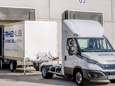 Mikroautobusas su prikabinamu konteineriu? Tarptautinis operatorius bando neįprastą transporto priemonę