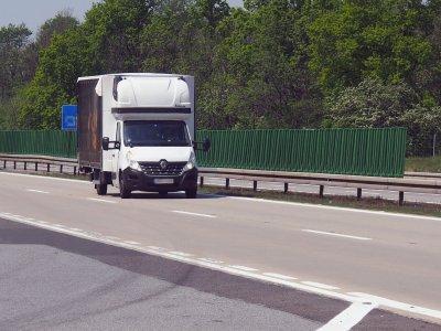 """""""Kurnik"""" i namiot się nie liczą? Francja rozwiewa wątpliwości dotyczące zakazu odpoczynku w pojazdach do 3,5 t"""