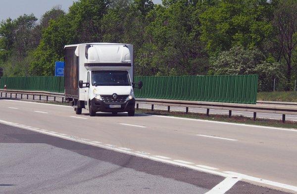 """""""Kurnik"""" i namiot się nie liczą? Francja rozwiewa wątpliwości dotyczące zakazu odpoczynku w pojazdac"""