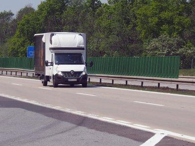 Franciaország: sem tetőre szerelt sátorban, sem a puttonyban, sem a furgon mellett nem éjszakázhat a sofőr