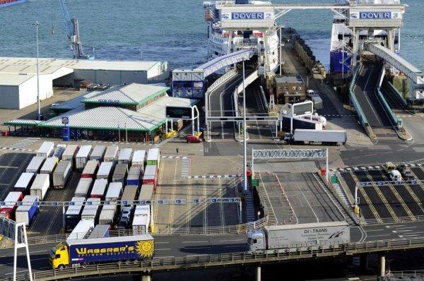 2,3 миллиона грузовиков курсируют между Евросоюзом и Великобританией. «Отсутствие соглашения – не ва